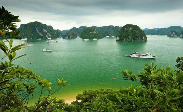 """Hồ Ba Hầm – thực chất là áng hay một """"phễu"""" – một dạng địa hình, địa mạo kasrt đá vôi đặc trưng của Vịnh Hạ Long"""